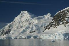 Montañas y glaciares con los icefalls Imagenes de archivo