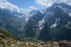 Montañas y glaciares en Dombay, el Cáucaso Imágenes de archivo libres de regalías