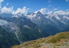 Montañas y glaciares en Dombay, el Cáucaso occidental, Rusia Foto de archivo