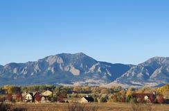 Montañas y granjas Imagenes de archivo