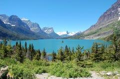 Montañas y lago Imágenes de archivo libres de regalías