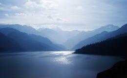 Montañas y lago