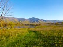 Montañas y lago azules fotografía de archivo