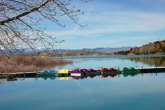 Montañas y lago con los barcos de paleta Imagenes de archivo