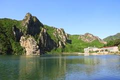 Montañas y lago de la ropa, Corea del Norte DPRK imagenes de archivo