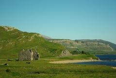 Montañas y lago de la ruina Imagenes de archivo