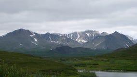 Montañas y lago de la tundra fotos de archivo
