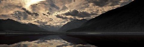 Montañas y lago durante puesta del sol Imagen de archivo libre de regalías