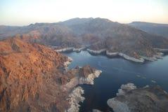 Montañas y lago en la puesta del sol Imagenes de archivo