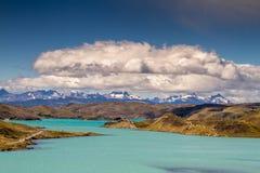 Montañas y lago en los natales del puerto Imagen de archivo libre de regalías