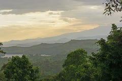 Montañas y lagos crater en la puesta del sol Imagen de archivo libre de regalías