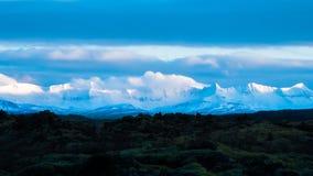 Montañas y lava coronadas de nieve fotos de archivo