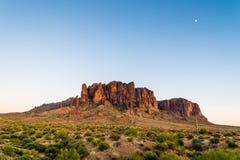 Montañas y luna de la superstición foto de archivo
