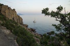 Montañas y mar Bahía del paraíso Imagen de archivo