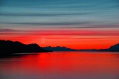 Montañas y mar - puesta del sol Imagenes de archivo