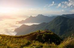Montañas y niebla con salida del sol por mañana Foto de archivo