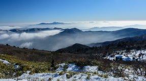 Montañas y niebla de Deogyusan en invierno Fotografía de archivo libre de regalías
