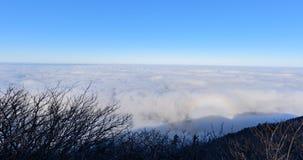 Montañas y niebla de Deogyusan en invierno Imagen de archivo libre de regalías