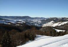 Montañas y niebla hermosas del invierno Fotos de archivo libres de regalías