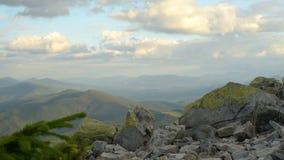 Montañas y nubes almacen de metraje de vídeo