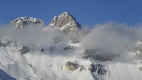 Montañas y nubes foto de archivo libre de regalías