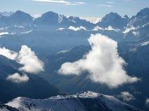 Montañas y nubes Imágenes de archivo libres de regalías