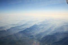 Montañas y nubes fotografía de archivo libre de regalías