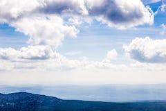 Montañas y nubes azules arriba Foto de archivo libre de regalías