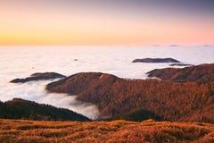 Montañas y nubes bajas, Eslovaquia. Imagenes de archivo