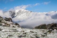 Montañas y nubes de Altai Fotografía de archivo