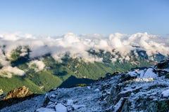 Montañas y nubes de Altai en el horizonte Imagen de archivo