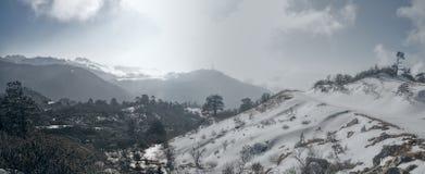 Montañas y nubes en Arunachal Pradesh, la India Foto de archivo