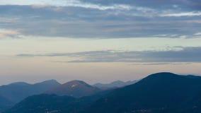 Montañas y nubes en el amanecer hermoso en Italia almacen de video