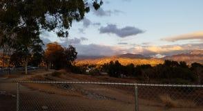 Montañas y nubes en la puesta del sol Foto de archivo
