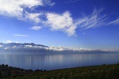 Montañas y nubes, lago de las montañas en Suiza Foto de archivo libre de regalías