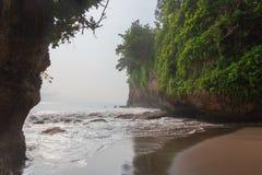 Montañas y olas oceánicas tropicales verdes fotografía de archivo libre de regalías