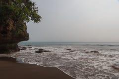 Montañas y olas oceánicas tropicales verdes imagen de archivo libre de regalías