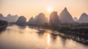 Montañas y opinión de la salida del sol del río Imagen de archivo libre de regalías