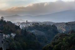 Montañas y paisajes Pueblos italianos medievales Foto de archivo libre de regalías