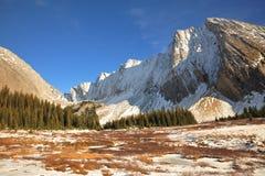 Montañas y prados del invierno Fotos de archivo libres de regalías
