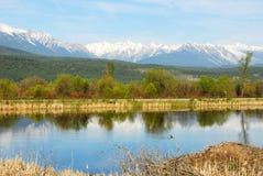Montañas y río fotos de archivo