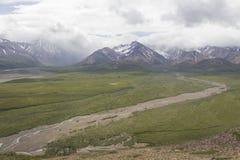 Montañas y río del parque nacional de Denali Fotografía de archivo