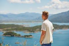 Montañas y río Vacaciones de verano Imagen de archivo libre de regalías