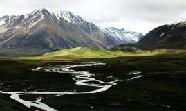 Montañas y ríos de la nieve fotos de archivo