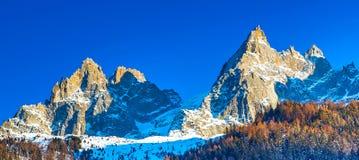 Montañas y rocas de la nieve cerca de Chamonix, montañas francesas imagen de archivo