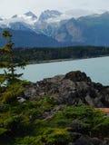 Montañas y rocas por el océano Fotografía de archivo libre de regalías