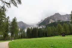 Montañas y sendero de las dolomías de Sexten en el Tyrol del sur Imágenes de archivo libres de regalías