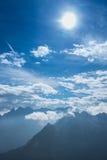 Montañas y sol azules en formato vertical Foto de archivo