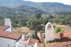 Montañas y tejados Fotos de archivo libres de regalías