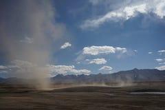 Montañas y tempestad de arena en Tíbet Foto de archivo libre de regalías